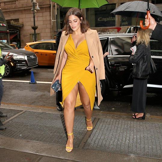 Slavná plus size modelka Ashley Graham zvolila až moc těsné šaty, které při chůzi ukázaly víc, než měly.