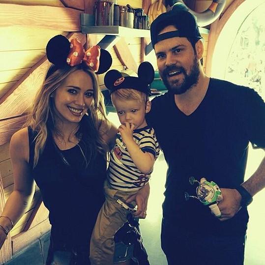Hilary Duff má z prvního manželství s hokejistou Mikem Comriem syna Lucu.
