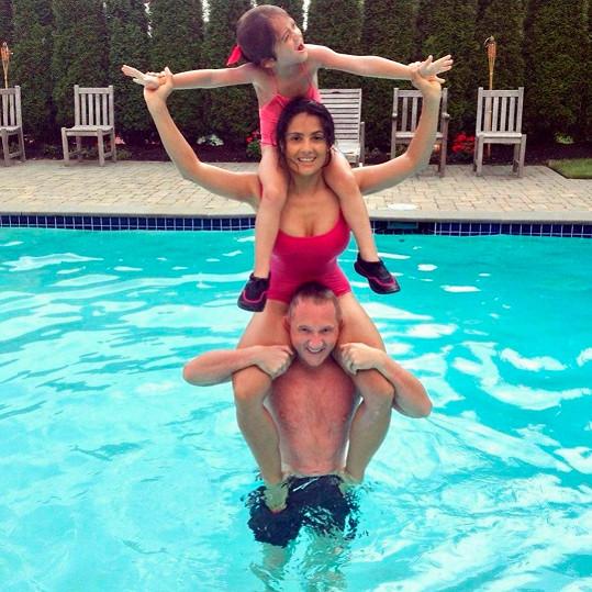 Takhle dovádí se svou rodinou v bazénu.