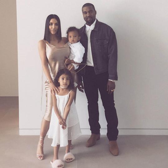 Tímto snímkem Kim Kardashian a Kanye West s dětmi popřáli veselé Velikonoce. Čokoládové vajíčko si televizní celebrita nejspíš nedala.