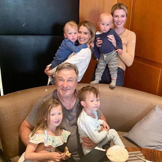 Celá početná rodina Aleca Baldwina včetně nejstarší dcery Ireland (vpravo)