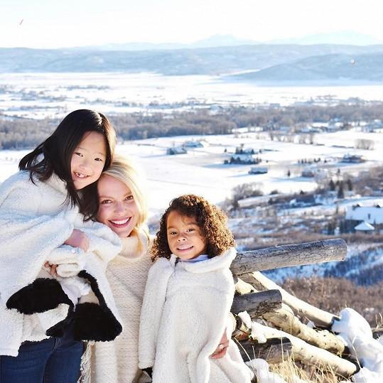 S dcerami o jejich původu hovoří otevřeně.
