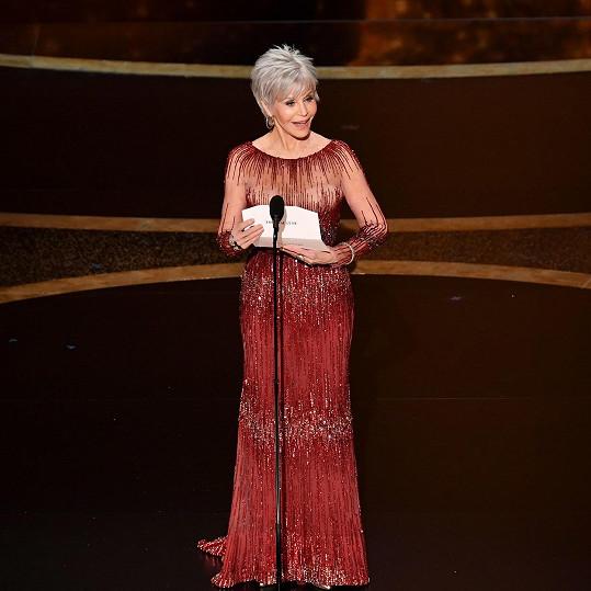 Jane Fonda předávala na Oscarech cenu za nejlepší film v šatech Elie Saab.