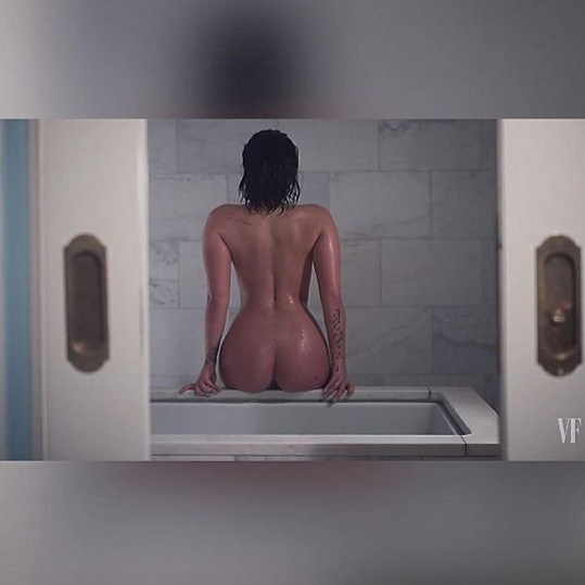 Mladá zpěvačka se svlékla v hotelové koupelně pro magazín Vanity Fair.