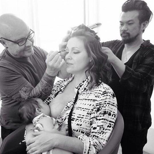 Alyssa Milano se sama označuje za zastánkyni kojení.