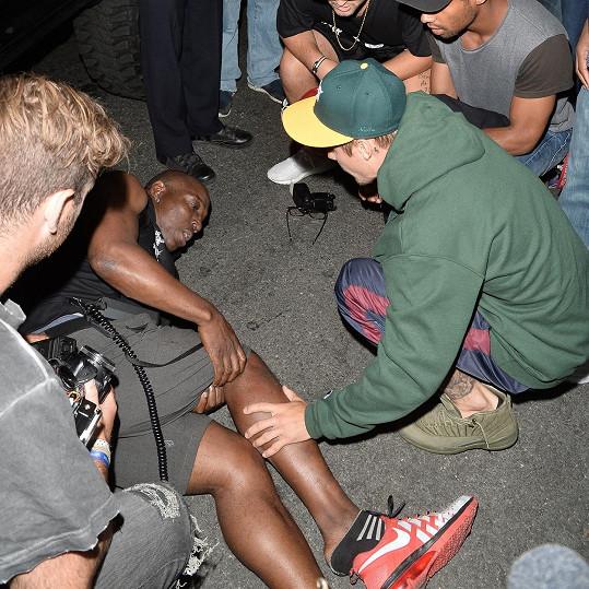 Než přijela sanitka, zůstal zpěvák u raněného.