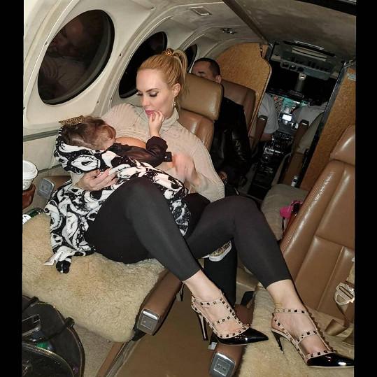 Coco Austin skoro čtyřletou dceru Chanel stále kojí.