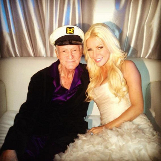 Crystal a Hugh Hefnerovi na svatebním snímku z konce roku 2012