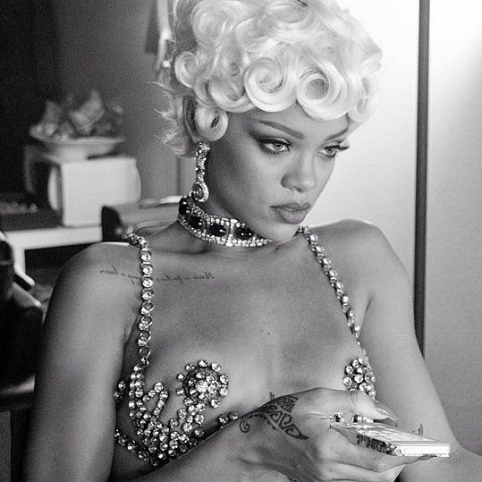 Rihanna se nikdy nebála pózovat spoře oděná.