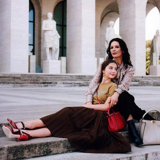 Catherine Zeta-Jones a její dcera Carys nafotily první společnou kampaň.