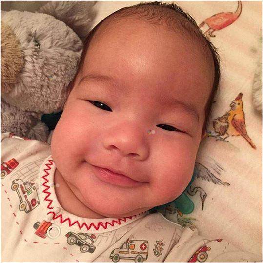 Syna Rockwella jí porodila před lety náhradní matka.