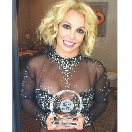 Britney Spears měla vždy slabost pro průhledné materiály, i proto ji Tonyah v posledním videu napodobila i volbou oblečení.