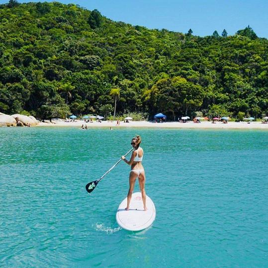 Samozřejmě, že dnes při vodních radovánkách moderní ženy nemůže chybět paddleboard.
