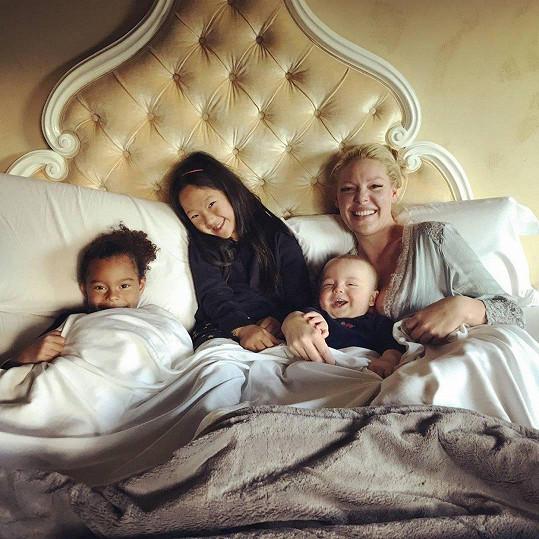 Herečka se svými třemi dětmi, Adalaide, Naleigh a Joshuou