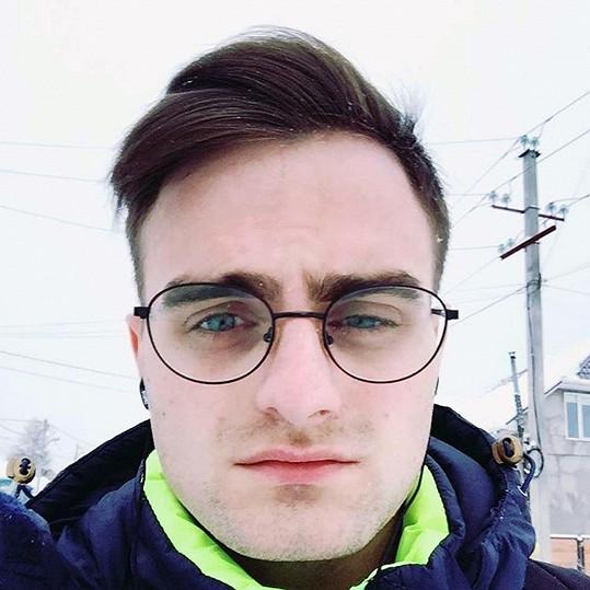 """Nikolay Posledu jako Daniel Radcliffe: """"Pracuji v obchodě a někdy musím přestat dělat svou práci, protože lidé přicházejí, aby si se mnou pořídili snímek,"""" říká Nikolay Posledu z ruského Krasnojarsku. Uznává, že víc než samotnému herci se podobá postavě Harryho Pottera, kterou hrál."""