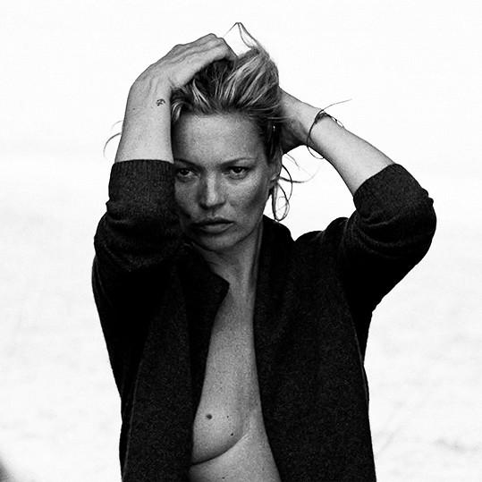 Kate Moss pózuje v nové kampani.