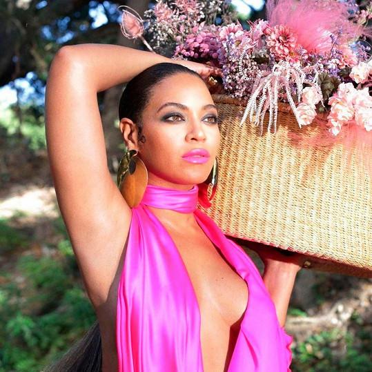 Beyoncé se pochlubila fotkou s pořádným výstřihem.