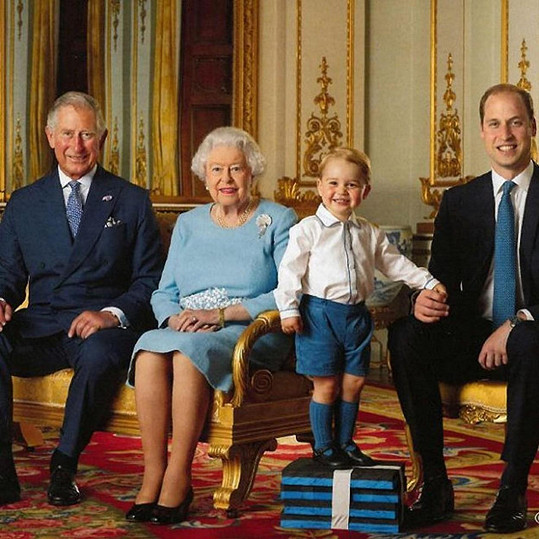 Tato fotka zahrnuje čtyři generace vládnoucího rodu.