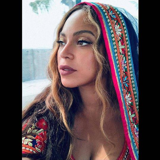 Beyoncé to v barevném outfitu velmi slušelo.