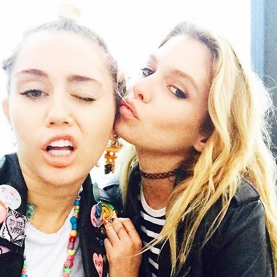 Miley Cyrus a Stella Maxwell