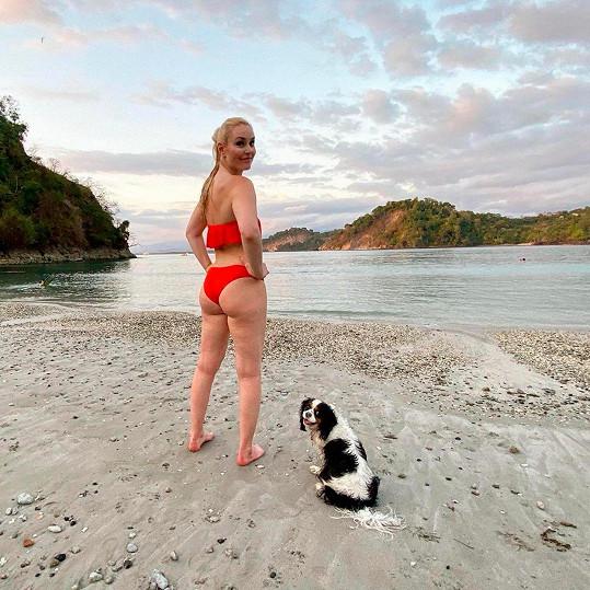 Lindsey Vonn s fenkou Lucy na pláži