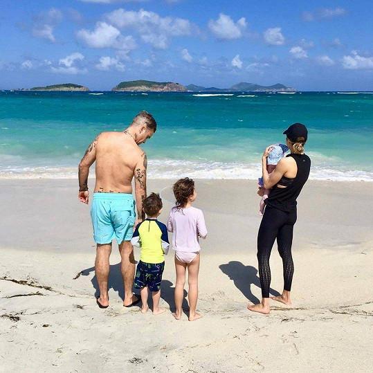 Rodina na první společné dovolené. Děti na sociálních sítích ukazují-neukazují...