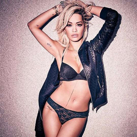 Rita Ora pózuje v kampani na spodní prádlo.