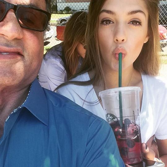 Pyšný táta se svou krásnou dcerou