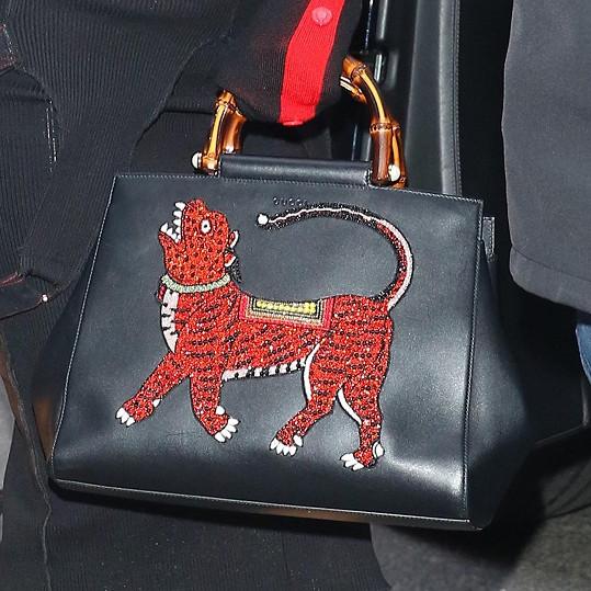 Kabelka od Gucciho se zvířecím motivem byla doplňkem tmavého modelu.