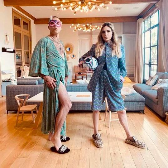 V době izolace se pár baví všelijak, na tomto snímku si například prohodili garderóbu. U Williamsů není nikdy nuda.