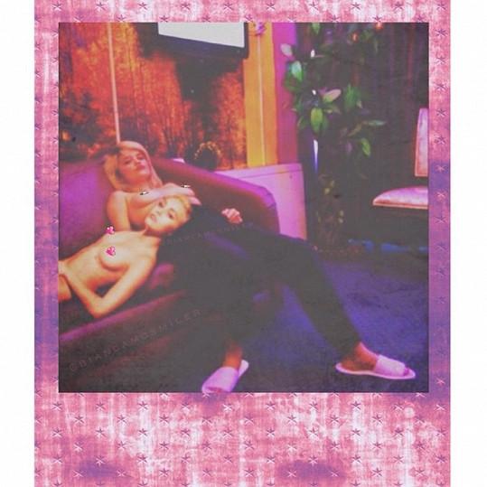Miley Cyrus a Sky Ferreira při takovém tom domácím vegetování.