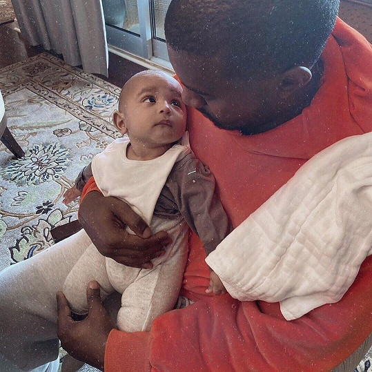 Kim Kardashian se nezdráhá ukazovat své ratolesti. V polovině roku jí náhradní matka porodila syna Psalma. S manželem Kanyem Westem (na snímku) se stali počtvrté rodiči.