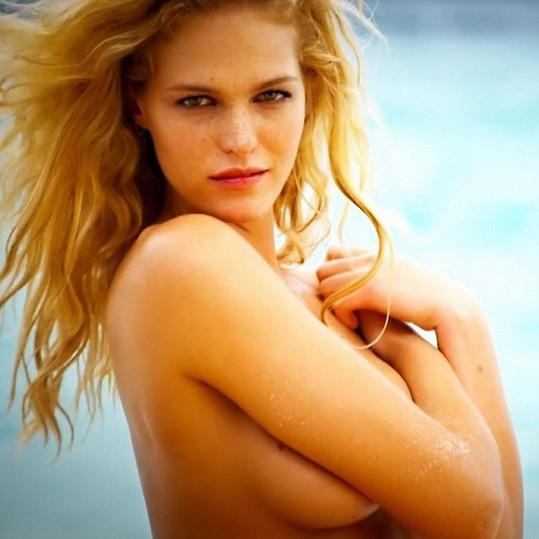 Smyslná modelka pózovala pro letošní plavkový speciál Sports Illustrated.