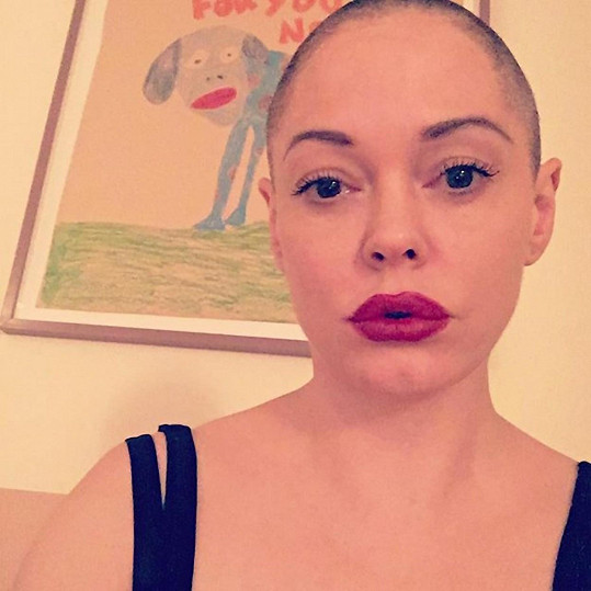 Rose McGowan si oholila hlavu.