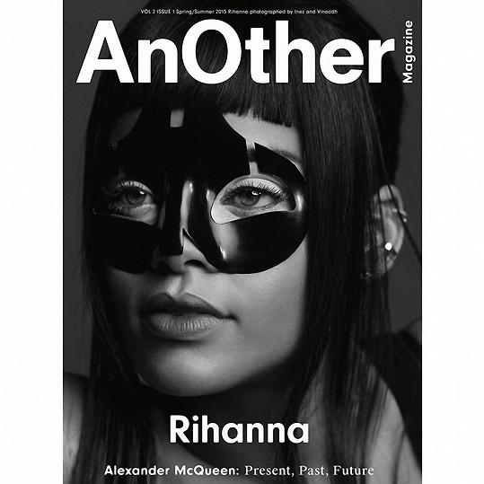 Rihanna se objeví hned na třech variantách titulních stran magazínu věnovaného památce Alexandra McQueena.