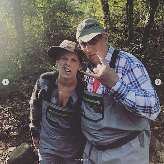 Pink s otcem Jimem, který se statečně pere s rakovinou i poraněním páteře.