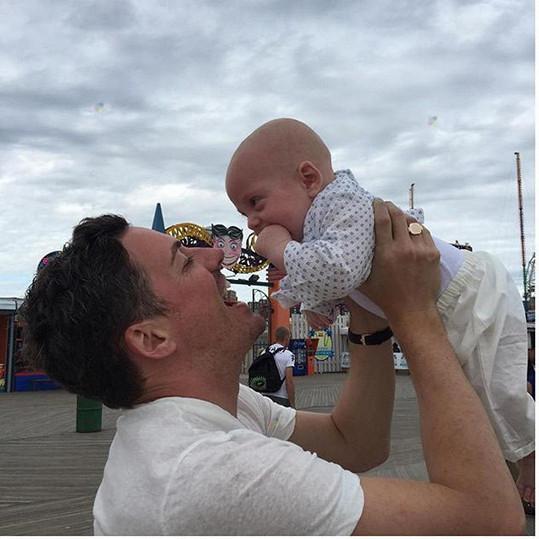 David Gardner je spokojeným tatínkem.