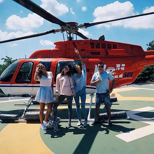 Elizaveta s dvěma kamarádkami a manželem se chystají na výlet...