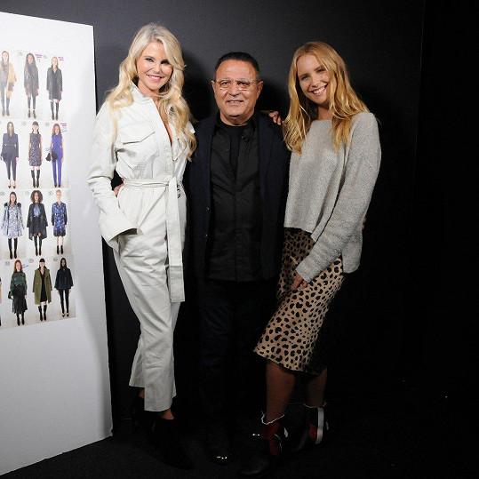 Christie s dcerou Sailor a návrhářem Eliem Taharim v zákulisí přehlídky na nedávném týdnu módy v New Yorku