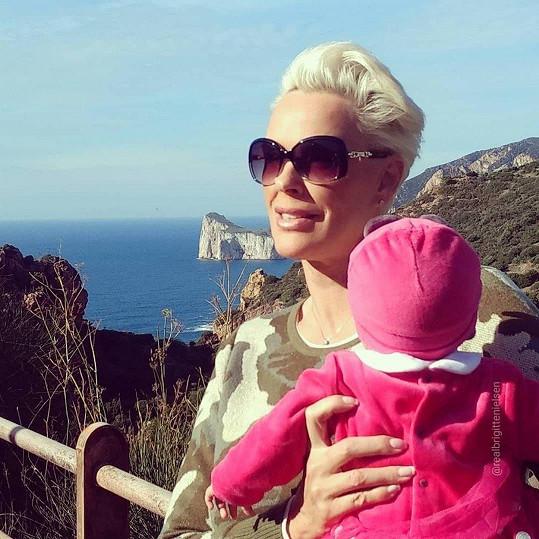 Herečka vzala dcerku do Sardinie.