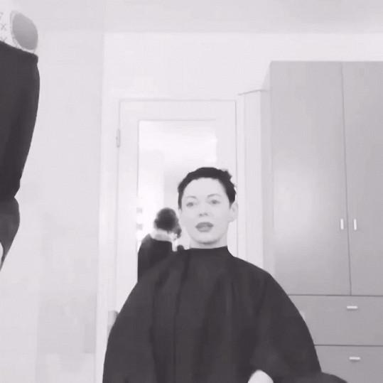 Rose McGowan u kadeřníka těsně před zásahem