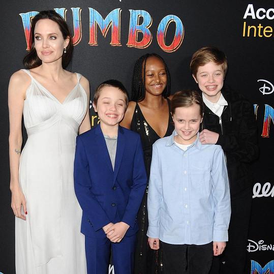 Herečka s dvojčaty Knoxem a Vivienne a staršími Shiloh a Zaharou