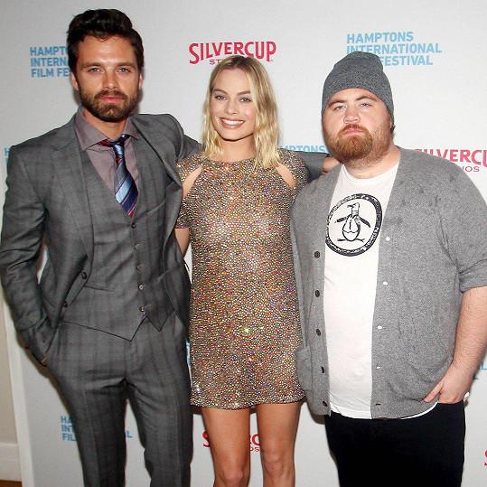 Výběr šatů velmi ocenili její kolegové, rumunský herec Sebastian Stan (35) i rodák z Michiganu Paul Walter Hauser (30), kteří jí hned nabídli své rámě.