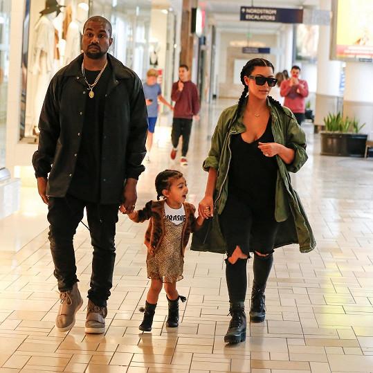 Kanye s Kim a jejich dcerou North během víkendových nákupů