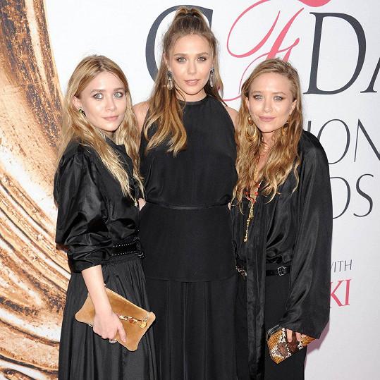 Elizabeth (uprostřed) se sestrami Ashley a Mary-Kate (2016)
