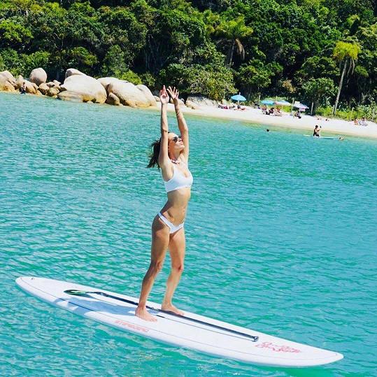 A co udělá modelka s paddleboardem? Začne na něm cvičit jógu.