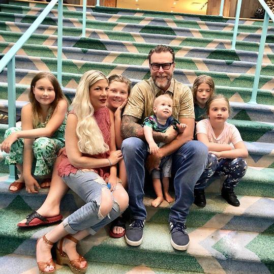 Tori s manželem Deanem McDermottem a jejich pěti dětmi
