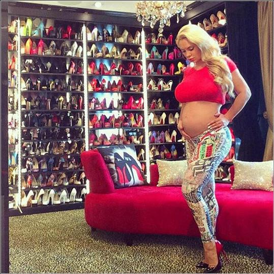 Modelka čeká miminko s raperem.