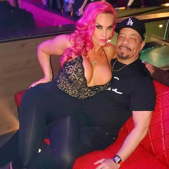 Rapper Ice-T je zjevně šťastný muž.