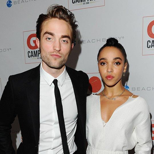 Robert Pattinson a zpěvačka FKA Twigs spolu randili tři roky, rozešli se loni.
